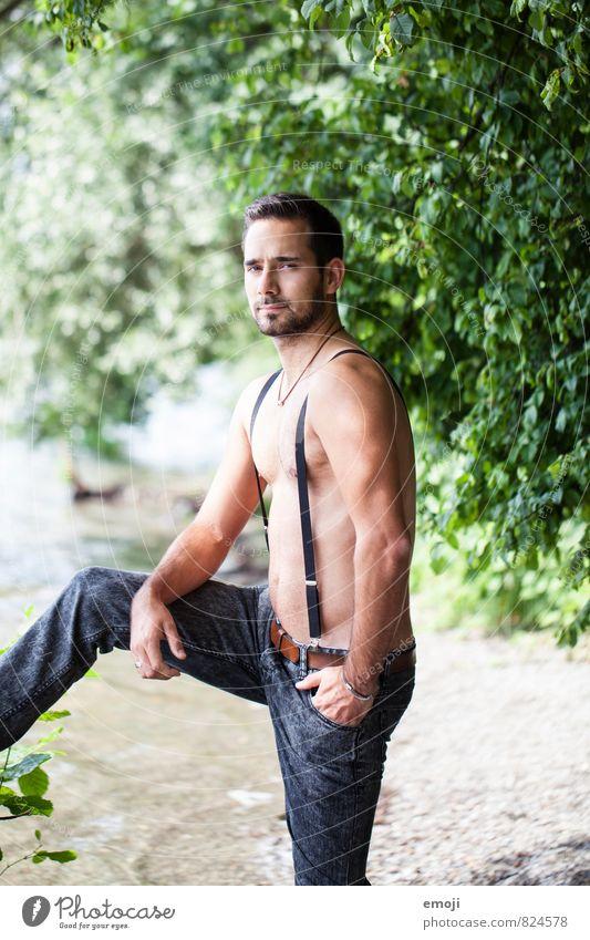 suit maskulin Junger Mann Jugendliche 1 Mensch 18-30 Jahre Erwachsene Jeanshose Dreitagebart schön einzigartig muskulös Hosenträger Farbfoto Außenaufnahme Tag