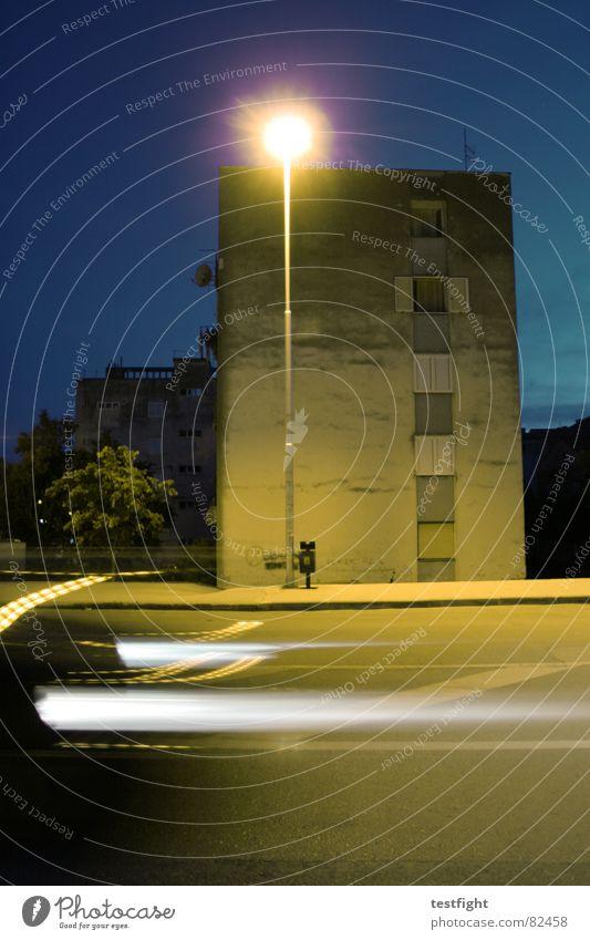 i feel like going home Abend Verkehr Licht Laterne Lampe Haus Wand Fassade Bürgersteig Dämmerung Verkehrswege dark night Straße Bewegung motion car street