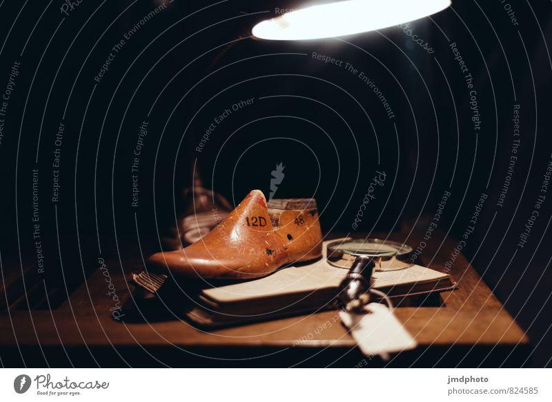 Schuhmacher alt dunkel Innenarchitektur Stil Lampe Mode Arbeit & Erwerbstätigkeit Lifestyle Dekoration & Verzierung Schuhe kaufen machen Schreibtisch einrichten