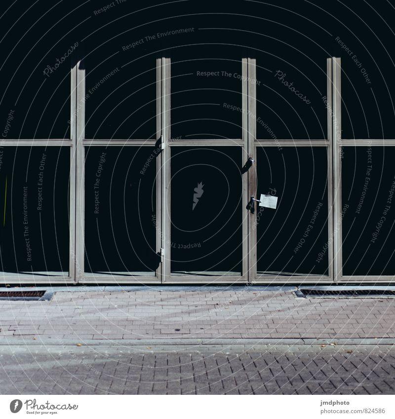 Schwarze Fenster Kleinstadt Stadtzentrum Fußgängerzone Menschenleer Tür Schaufenster Industriebau Fensterscheibe Fensterfront Stein Glas Metall Stahl dunkel