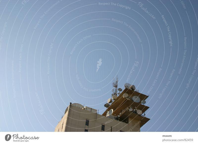 CTRL Himmel Beirut Architektur control sky satelite building low angle blue
