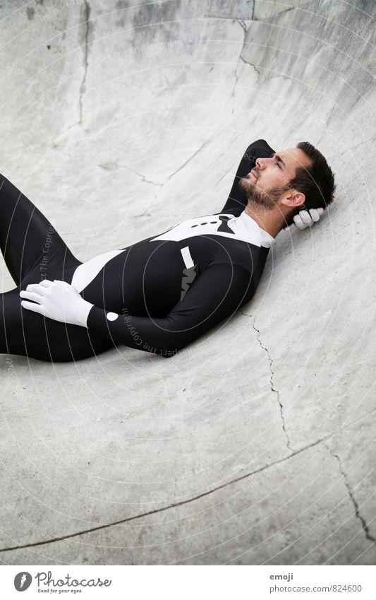 black&white maskulin Junger Mann Jugendliche 1 Mensch 18-30 Jahre Erwachsene Anzug außergewöhnlich Kostüm Gedeckte Farben Außenaufnahme Tag Oberkörper Profil