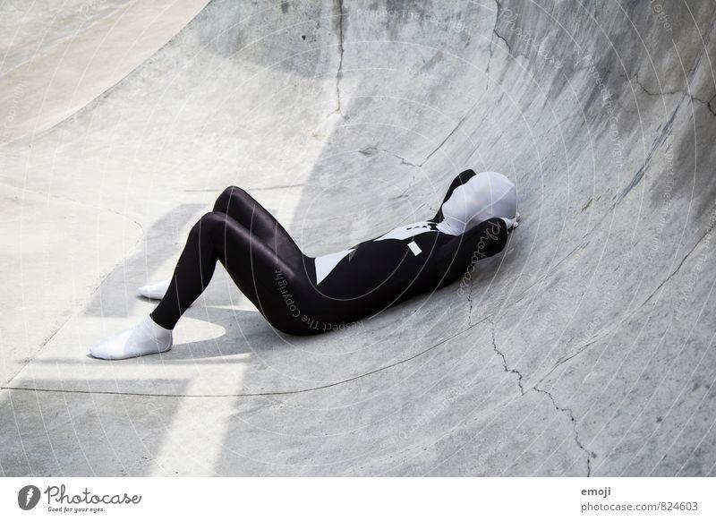 UO = Unbekanntes Objekt maskulin androgyn Junger Mann Jugendliche 1 Mensch 18-30 Jahre Erwachsene Anzug außergewöhnlich grau schwarz weiß liegen Kostüm anonym