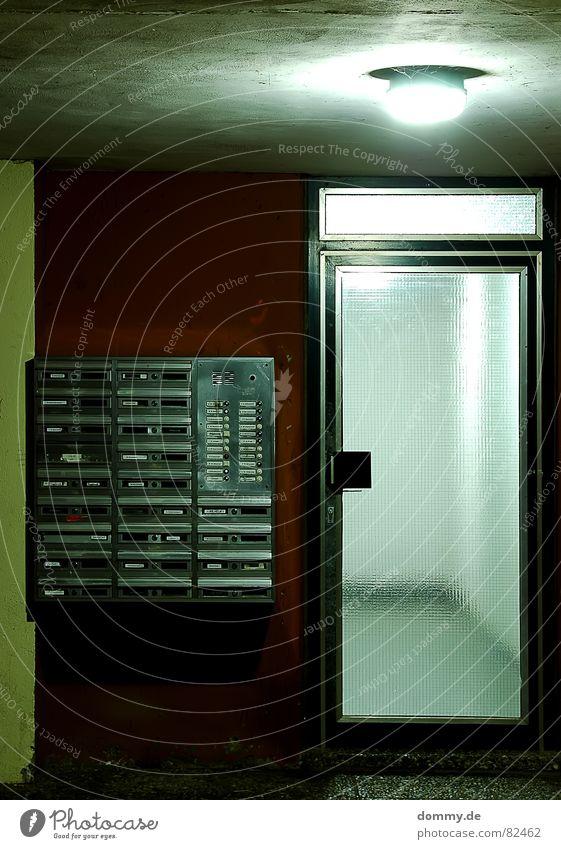 hells bells dreckig Ghetto kaputt Hochhaus Krimineller Schlitz Briefkasten kalt rot Wand Flur Licht Langzeitbelichtung mehrfamilien Tür Glas Klingel silber