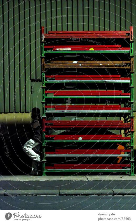 pssst... sucht du? Mann grün rot Einsamkeit dunkel Wand Schuhe dreckig gefährlich stehen Ecke Industrie bedrohlich Rauchen Bürgersteig Hose