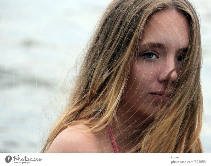 . Mensch Jugendliche schön Wasser Junge Frau Einsamkeit ruhig dunkel Gefühle feminin Denken träumen Wellen Wind blond beobachten