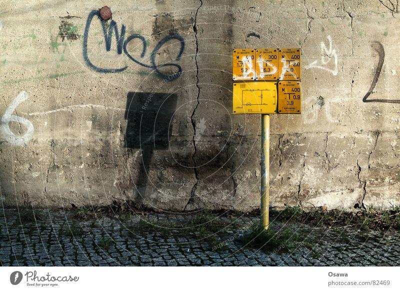 Hydrantensprache gelb Straße Wand Gras Graffiti Schilder & Markierungen Beton Energiewirtschaft Bürgersteig Hinweisschild Gas Riss Pfosten Stab Spalte elektronisch