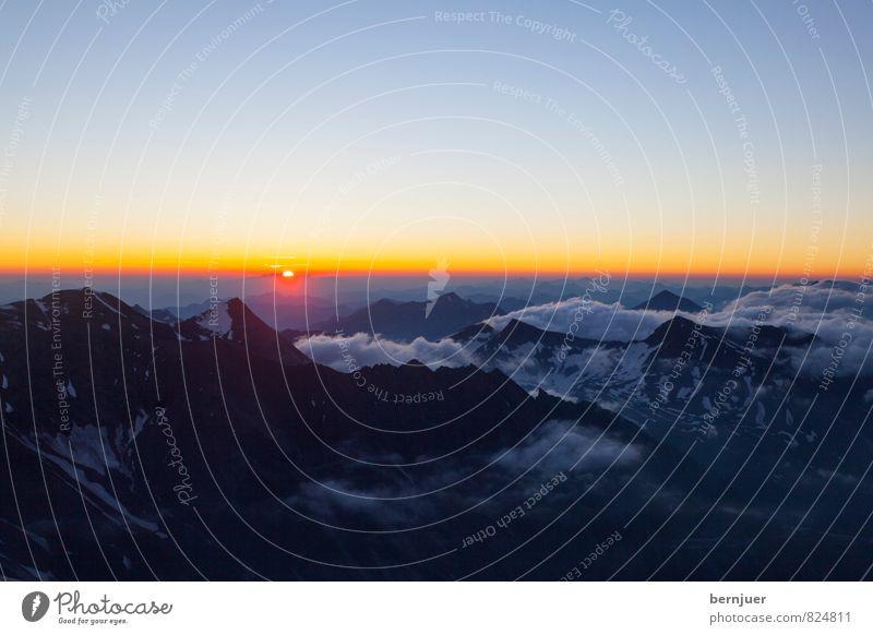 Früh am Tag Natur blau Sommer Landschaft Wolken gelb Berge u. Gebirge Schnee Felsen authentisch Schönes Wetter Romantik Gipfel Alpen Wolkenloser Himmel