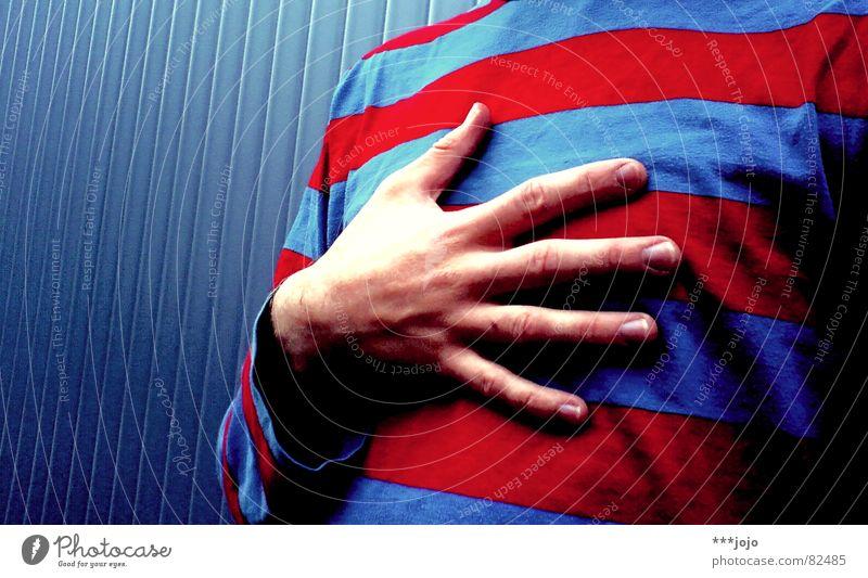 hand aufs herz Mensch Mann Jugendliche Hand blau rot Farbe Stil Religion & Glaube Herz Finger Bekleidung Streifen T-Shirt Schwimmbad Brust