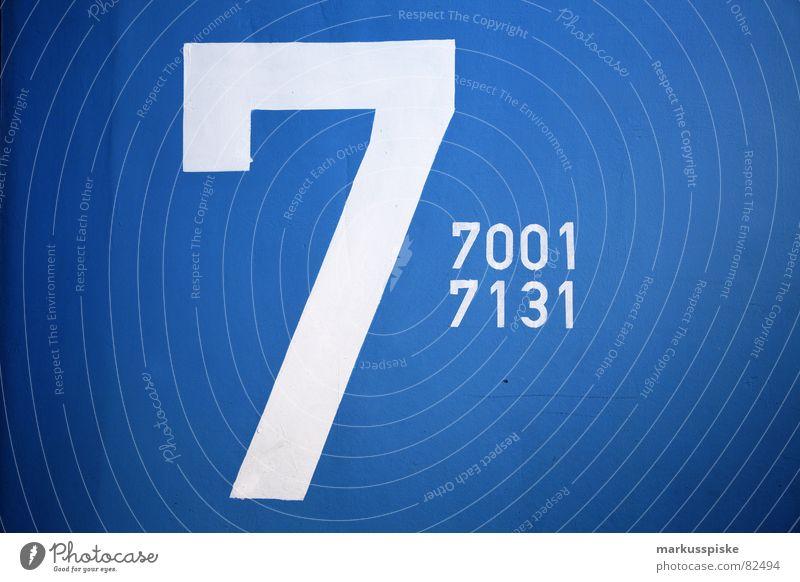 7001 - 7131 Ziffern & Zahlen Parkhaus Wand Mauer Typographie Schriftzeichen Text Etage KFZ Fahrzeug Flughafen parken blau Hinweisschild