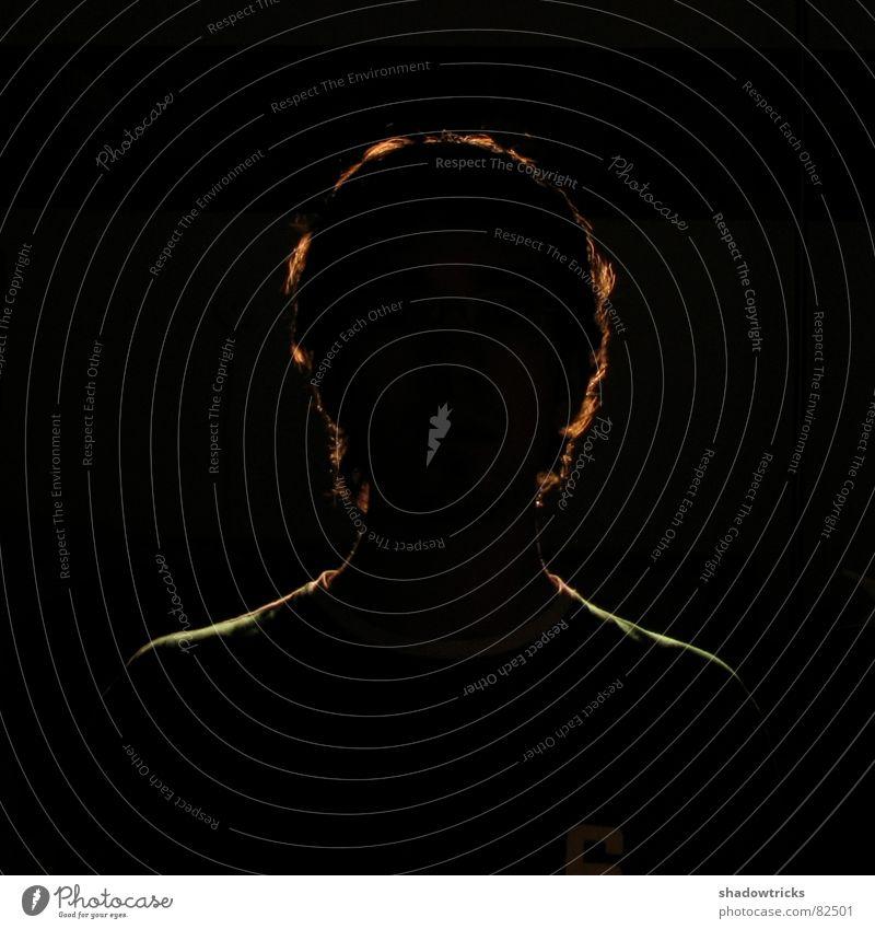 C'est moi! Porträt dunkel schwarz Licht Gegenlicht Oberkörper blind Lampe Haare & Frisuren Brille Langeweile Mensch sehr dunkel Schatten verstecken hidden tim