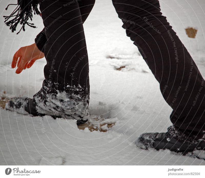 Schnee Frau Hand Schal Stiefel Hose schwarz Junge Frau Bekleidung Physik kalt Schuhe Freude Winter Jugendliche Beine fangen schreiten Wärme Fuß Tuch Franse