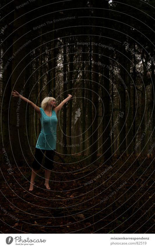 Wald Mider Jugendliche Freude Wald Herbst Gefühle Freiheit Glück blond Tanzen frei Junge Frau tief türkis direkt
