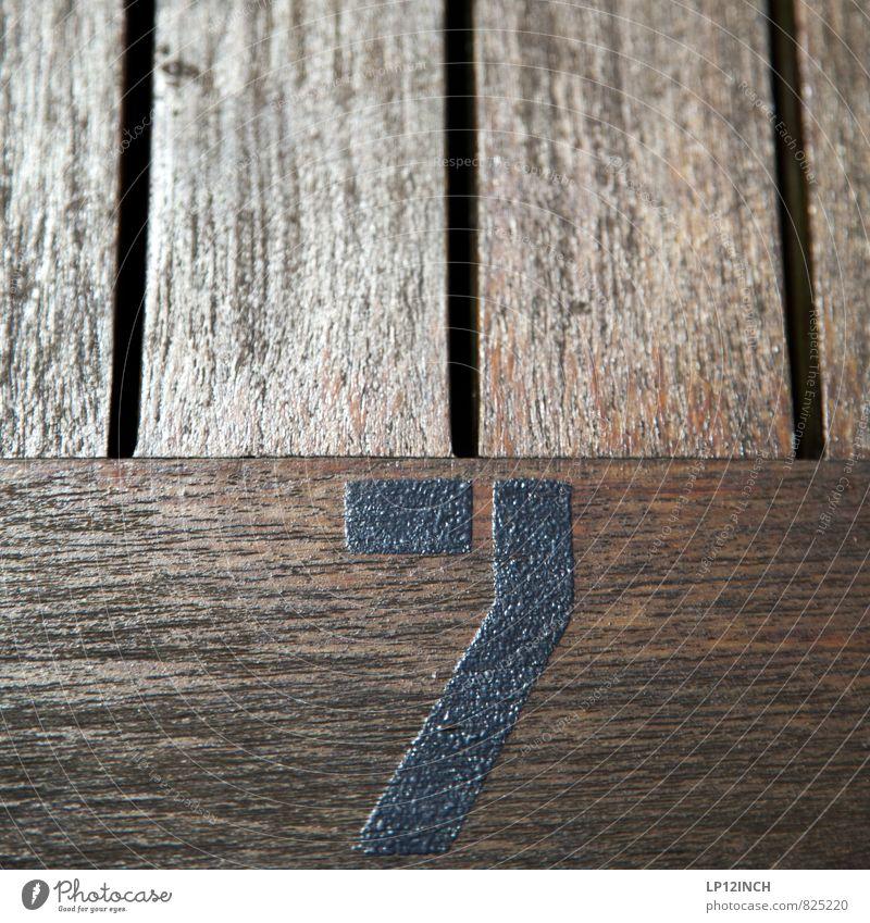 Zwerge Holz Zeichen Ziffern & Zahlen Wert Tischplatte 7 Holztisch Maserung Farbfoto Außenaufnahme Nahaufnahme Detailaufnahme Menschenleer Textfreiraum oben Tag