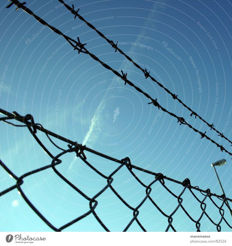 Die Freiheit liegt dahinter Himmel blau geschlossen Sicherheit Unendlichkeit Grenze Zaun gefangen Barriere Limit Haftstrafe Stacheldraht gebunden erobern