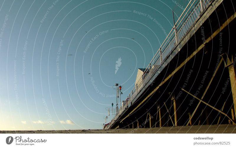 land ahoy I Himmel Strand Wolken Lampe Küste historisch Zaun Anlegestelle Nordsee England Pfosten hart Great Yarmouth