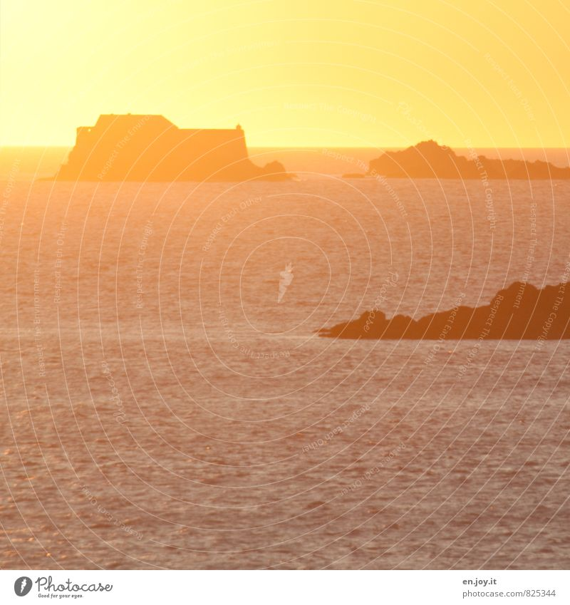 Gelb Natur Landschaft Wasser Wolkenloser Himmel Horizont Sonne Sonnenaufgang Sonnenuntergang Sonnenlicht Sommer Klima Schönes Wetter Felsen Meer Insel Wärme