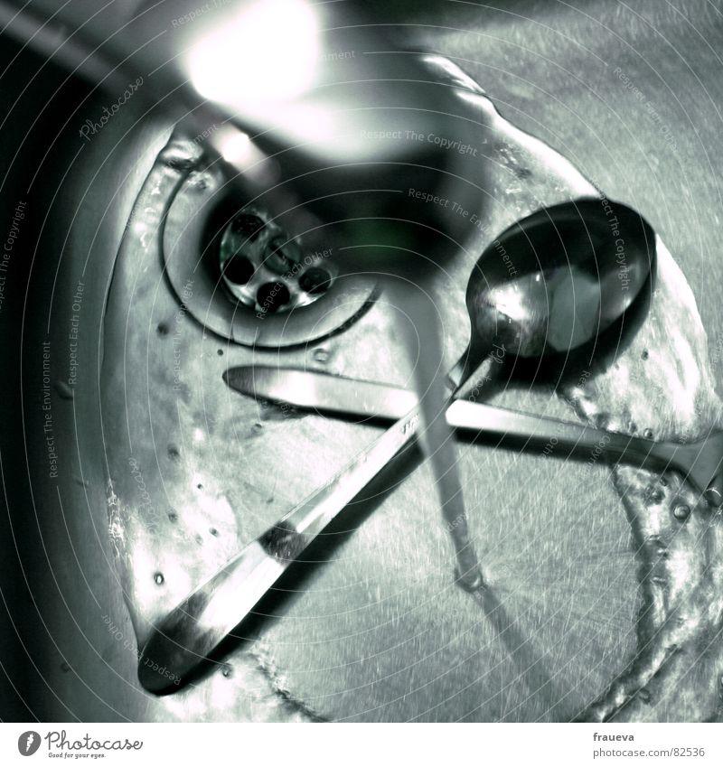 abwaschen ist wichtig Esslöffel Geschirrspülen Küche Haushalt Wasserhahn fließen Abfluss Besteck Reinigen Löffel glänzend Küchenspüle Waschbecken Gastronomie