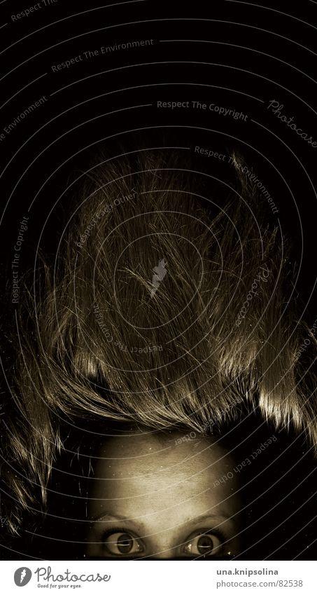 über den tellerrand erfassen Porträt Schweben hängen staunen Flirten Blick Gänsehaut hängen lassen Glubschauge kulleräugig Frau Haare zuberge stehen Auge