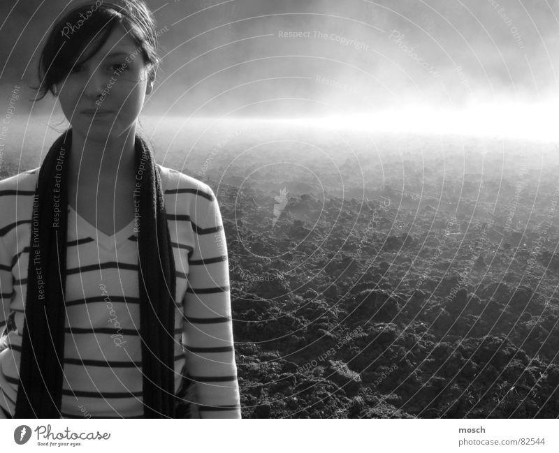 im Nebel Hügel dunkel schwarz Frau Feld kalt Streifen Licht Herbst Schal Junge Frau Eis Nebelschleier Winter frisch Schleier trist Schwarzweißfoto Erde