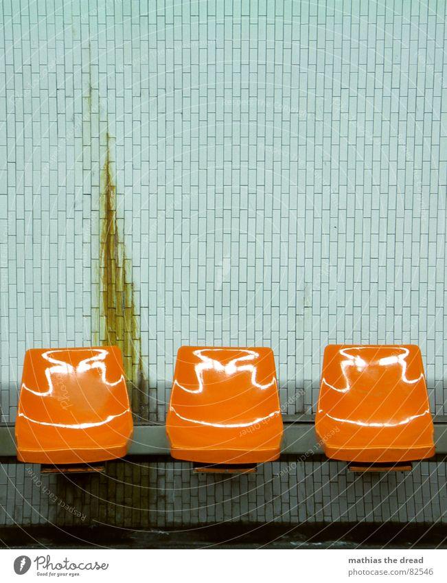 bremsspur alt Einsamkeit Wand Tod Mauer orange warten dreckig Hintergrundbild leer trist Bank Stuhl Bodenbelag Fliesen u. Kacheln Paris