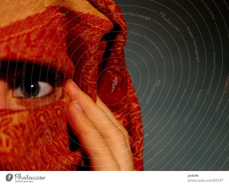 je crains... Kopftuch rot gelb Muster Hand Finger verpackt umhüllen verdeckt Frau feminin erschrecken Angst außergewöhnlich Enttäuschung Porträt red Falte Auge