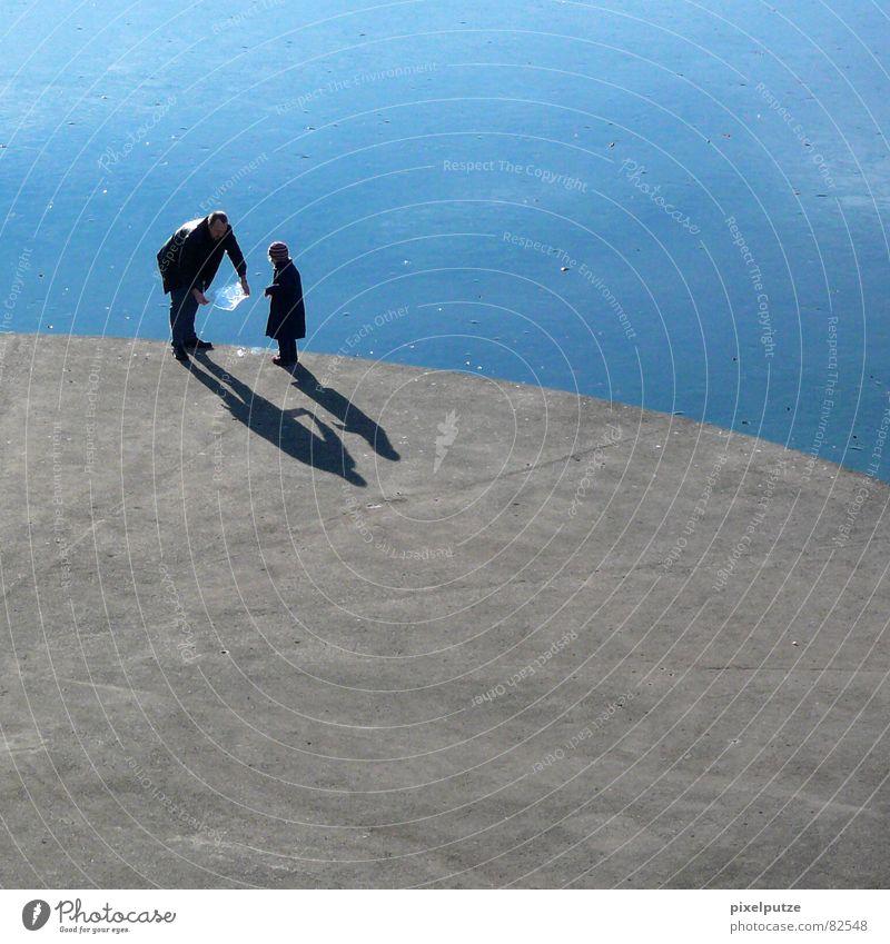 eiskalte spielchen See Eisverkäufer Runde Sache Geplätscher Beton hart rund Plattform Vater Tochter Kind stehen Schatten geschwungen lecker Eisscholle Gewässer