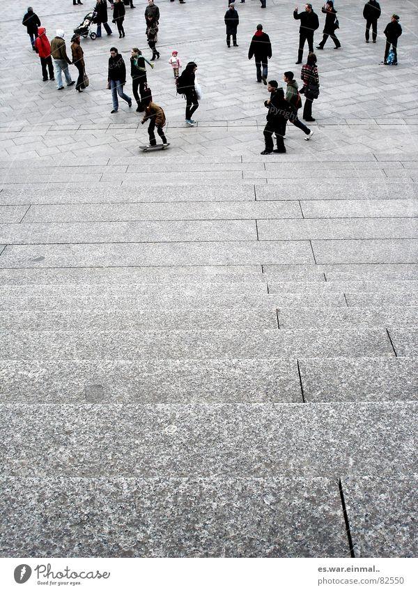 mama? Mensch Junge Frau Jugendliche Junger Mann Erwachsene Paar Beine Herbst Winter Stadt Fußgänger Straße Stein Bewegung gehen laufen stehen kalt grau schwarz