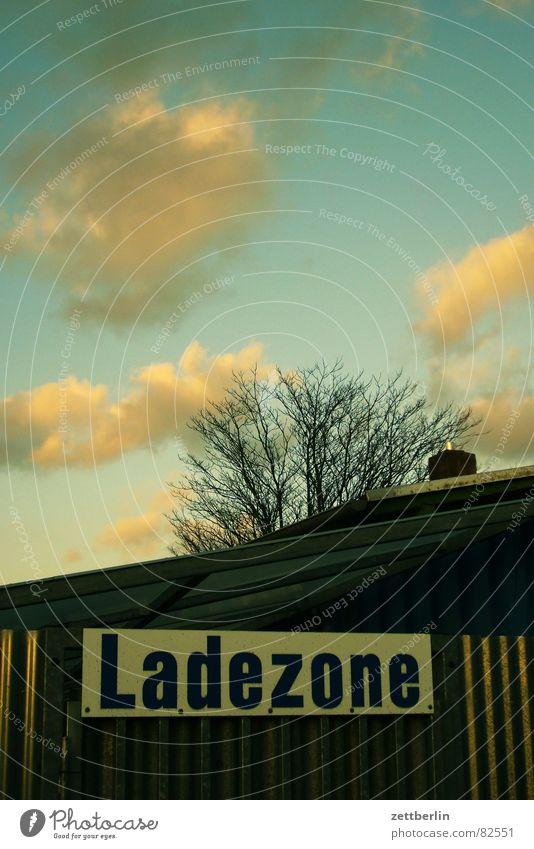 Ladezone Beschriftung Kumulus Baracke Garage Lagerhalle Orientierung Baum Wolken Fundament Planet Hinweisschild Industrie Verkehr ladezone Stützpunkt