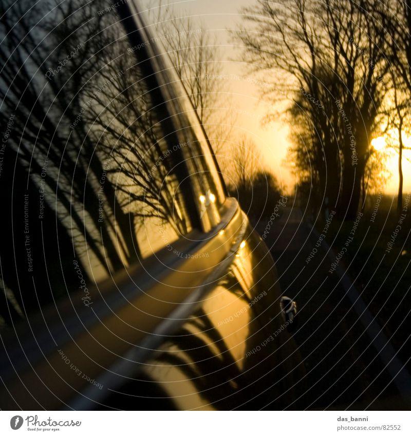 turn around ³ Wagen Fernstraße Fahrtwind unterwegs Verkehrsmittel Geschwindigkeit Reflexion & Spiegelung Sonnenuntergang Physik Herbst kalt Baum Fenster