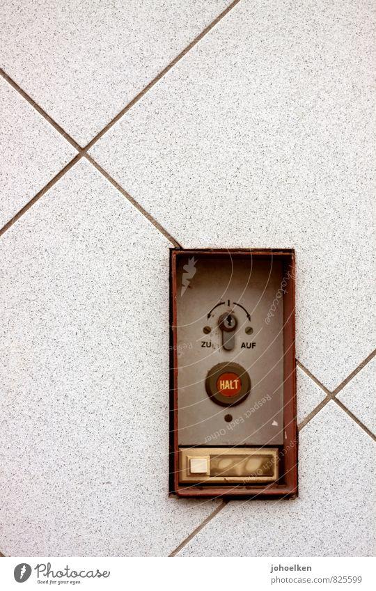 UT-Köln 12/13 | Pascha | Nachmacher Schalter Schlüsselloch Taste Fassade Namensschild Klingel Garagentor Stein Metall Quadrat Linie braun grau rot Ende Halt