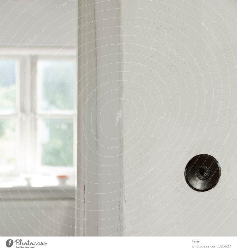 den dreh finden Häusliches Leben Wohnung Raum alt einfach hell Lichtschalter Drehschalter Fenster Wand weiß Menschenleer Textfreiraum rechts Textfreiraum oben