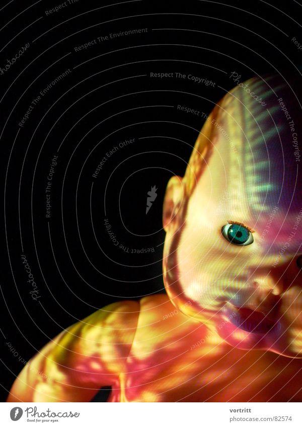 projektion auf puppe 2 Lichtspiel Seele gruselig Puppe mehrfarbig geisterhaft unheimlich außergewöhnlich psychotisch Projektor Schaufensterpuppe Angst Panik