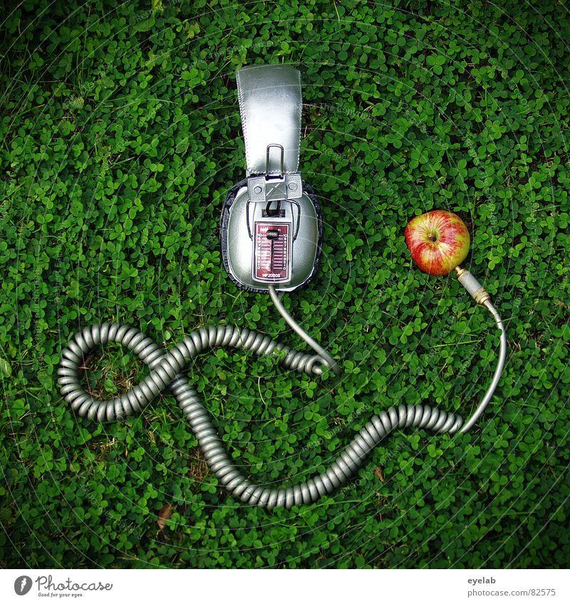 Äppel iPod V.1.0 beta (Ökoversion) Hörspiel Kopfhörer Gras Spiralkabel Klee grün Stecker Klinkenstecker stereo mono Klang Umwelt hören Regler analog Kunst