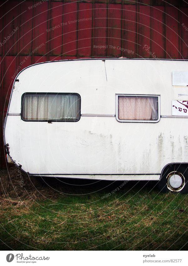 Mobilität ist schlimmer als Heimweh rot Ferien & Urlaub & Reisen Wand Fenster Gras Garten dreckig Armut Verkehr Ausflug trist Rasen Freizeit & Hobby Häusliches Leben verfallen Jahrmarkt