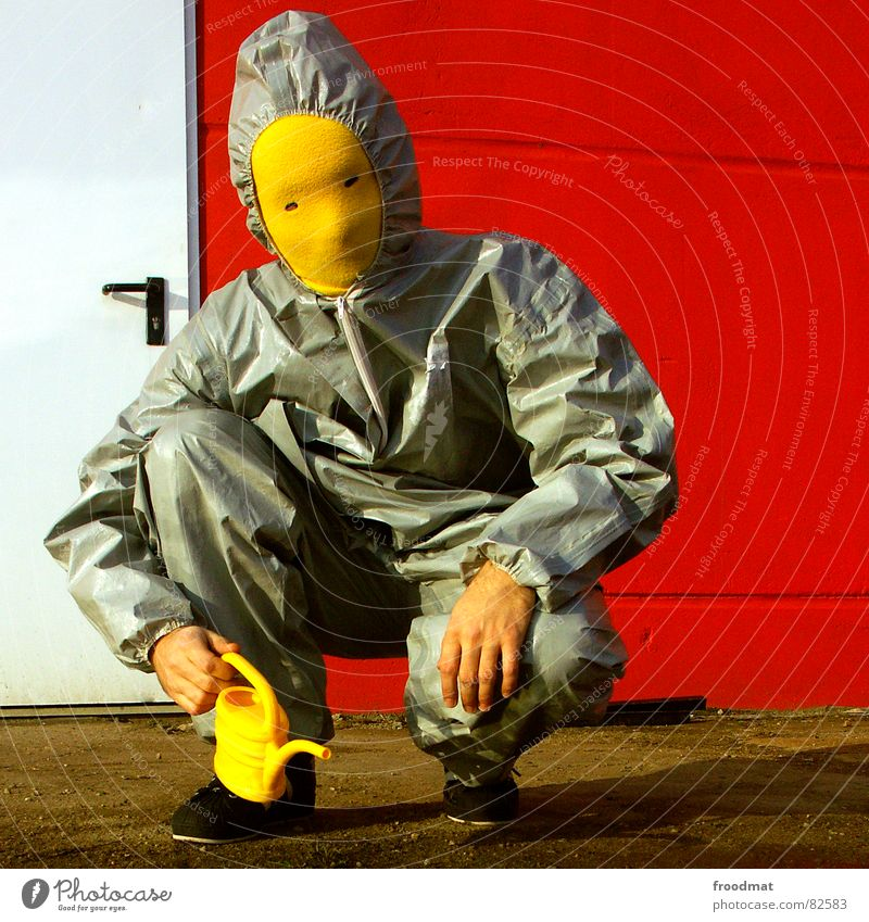 grau™ - giesst rot Freude gelb Wand grau Kunst lustig Tür verrückt Maske Anzug dumm Surrealismus Gummi sinnlos Kannen