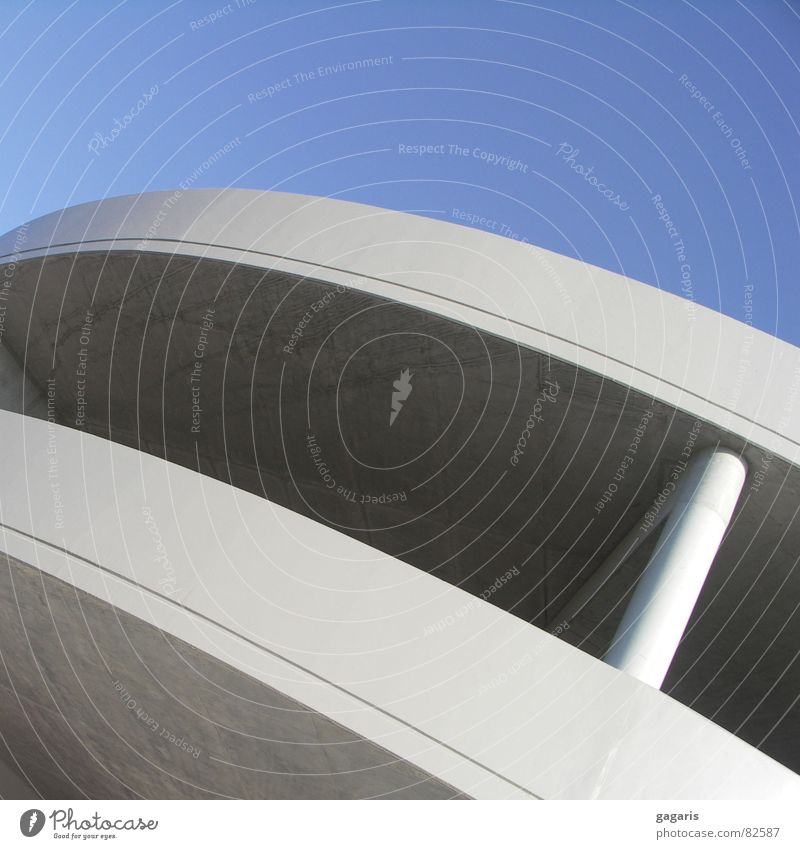Ufo Architektur Beton verrückt Bahnhof diagonal Parkhaus rutschen formal