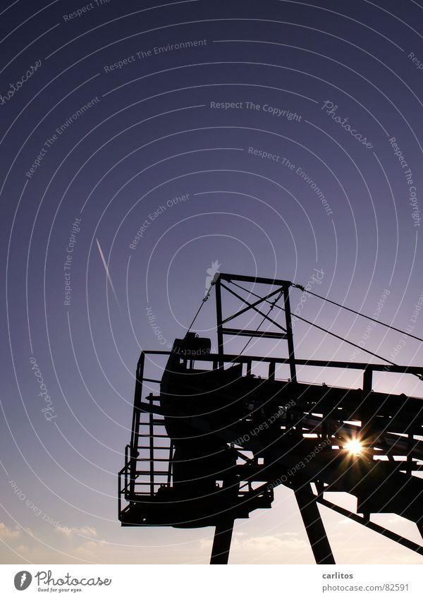 Duo I blenden Kondensstreifen Förderband Gegenlicht Dämmerung Industrie Winter Baugerüst Technik & Technologie Sonne Himmel blau