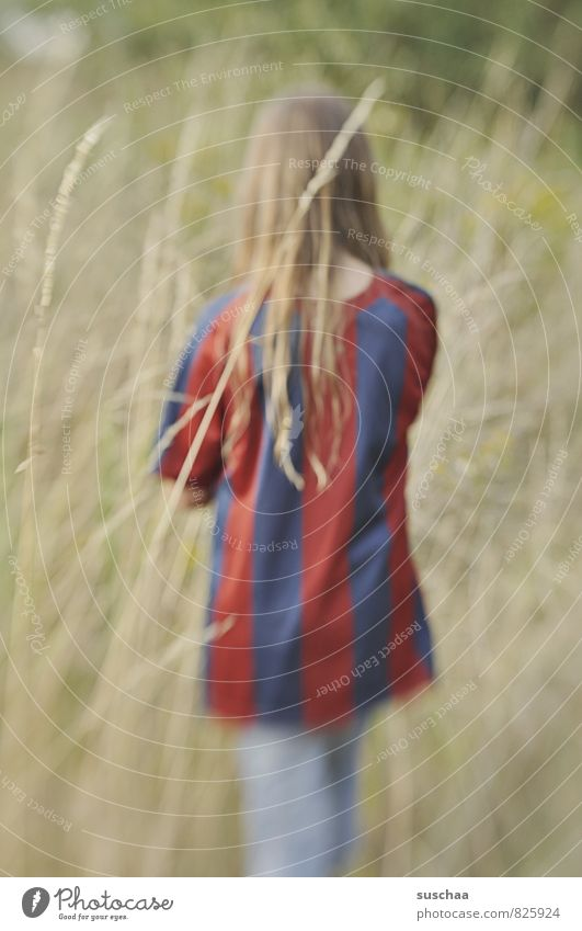 den rücken zukehren feminin Kind Mädchen 1 Mensch 8-13 Jahre Kindheit Natur Sommer Gras Sträucher Freizeit & Hobby Streifen Unschärfe Rücken Farbfoto