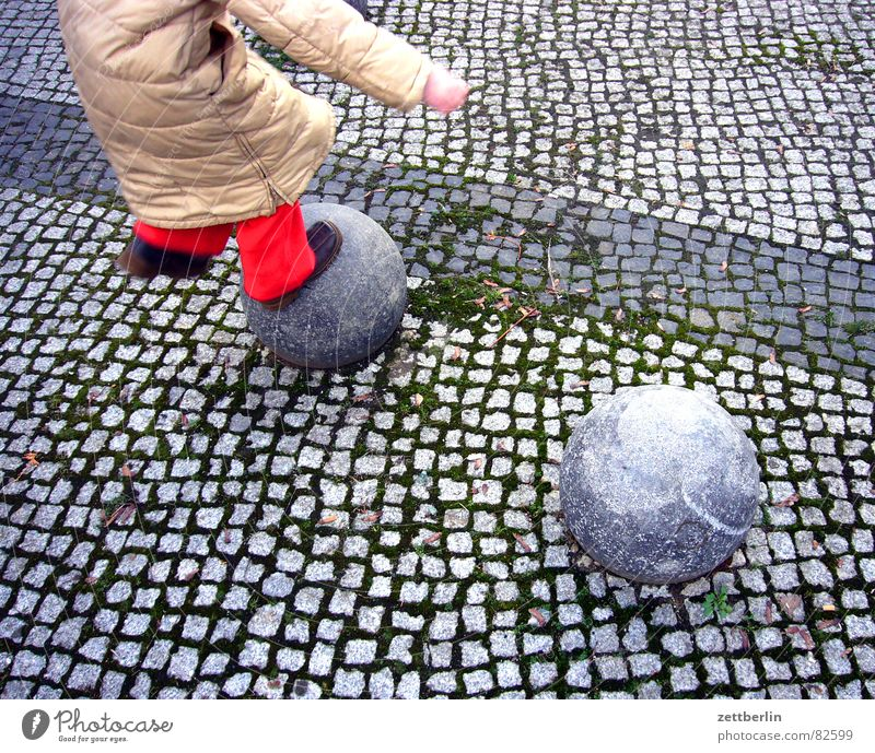 Sprung Kind Mädchen rot Freude Spielen Junge springen Spaziergang Kugel Grenze Schüler Kopfsteinpflaster Straßenbelag Fuge Spielplatz Generation