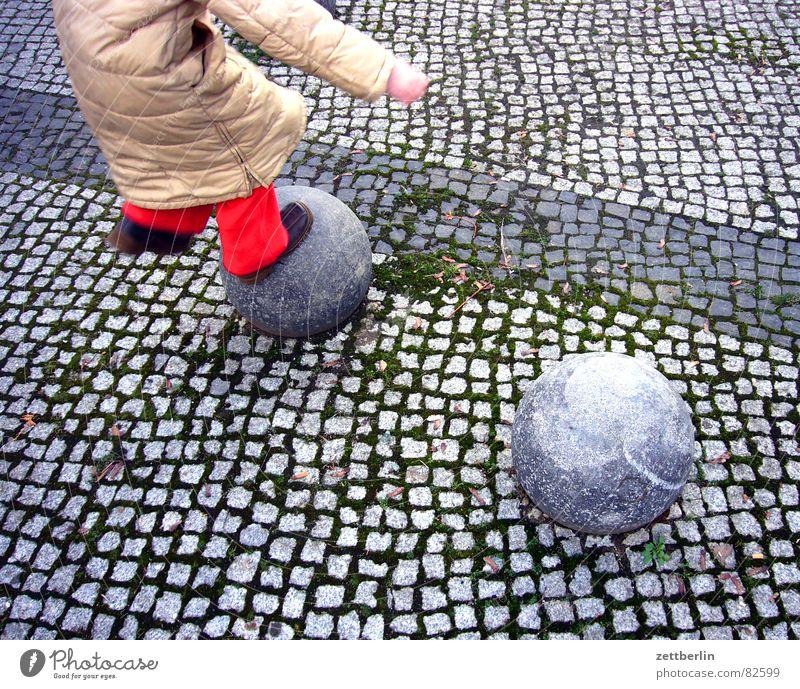 Sprung Kind Mädchen Spielen springen rot Poller Grenze Fuge Spielplatz Generation Kinderspiel Straßenbelag hüpfen Freude Detailaufnahme demografischer wandel