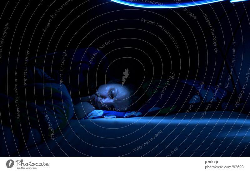 Sie kommen Frau blau ruhig Gesicht Auge dunkel Lampe Angst geschlossen Seil schlafen Macht Bett Decke Freak Junge Frau