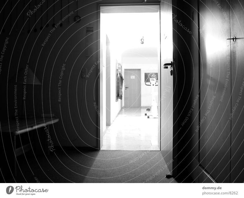 gehe ins Licht ! Langzeitbelichtung Raum Flur schwarz Schwarzweißfoto weis