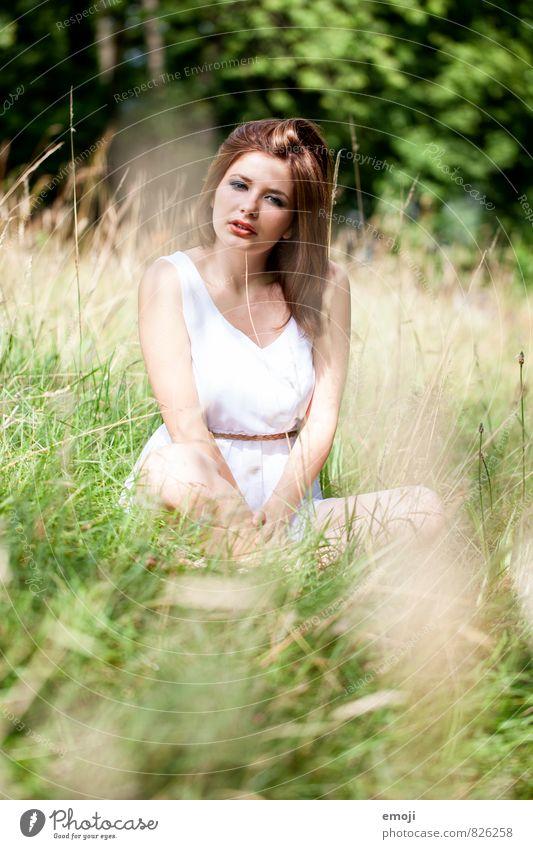 war einmal feminin Junge Frau Jugendliche 1 Mensch 18-30 Jahre Erwachsene Natur Schönes Wetter Wiese schön natürlich grün Schneidersitz sitzen Farbfoto