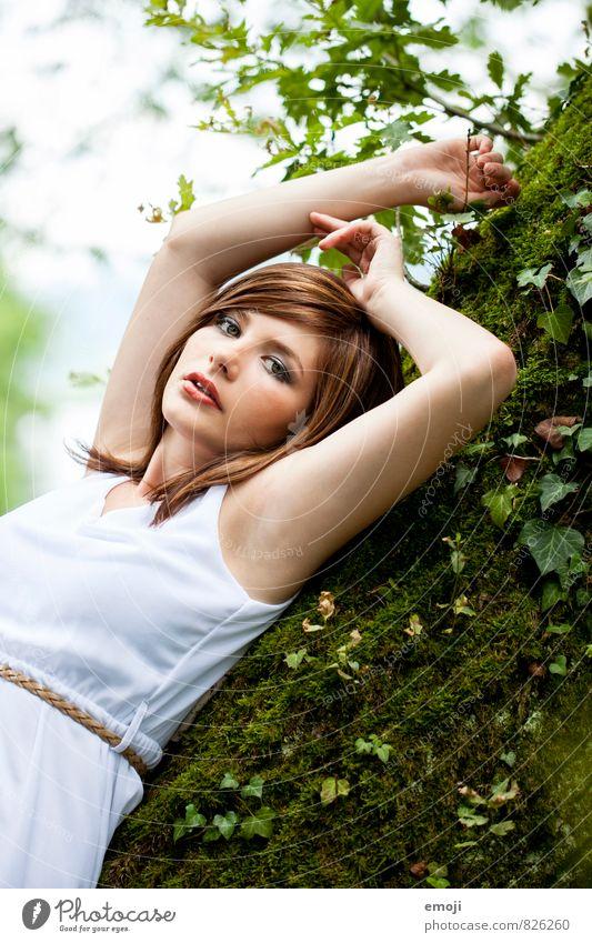 Efeu feminin Junge Frau Jugendliche 1 Mensch 18-30 Jahre Erwachsene Natur schön natürlich grün räkeln Farbfoto Außenaufnahme Tag Schwache Tiefenschärfe Porträt