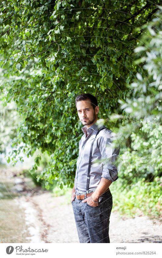 Sommer maskulin Junger Mann Jugendliche 1 Mensch 18-30 Jahre Erwachsene Umwelt Natur Schönes Wetter Pflanze Baum Sträucher Hemd Hosenträger Coolness schön grün