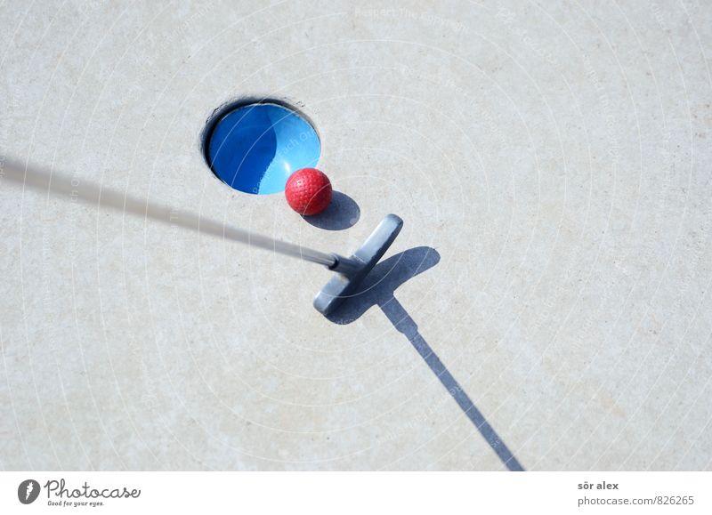 Schattenspiel Golf Minigolf Minigolfschläger Golfball golfbahn Karriere Erfolg Spielen Sport blau grau rot Genauigkeit Konkurrenz Konzentration Leistung