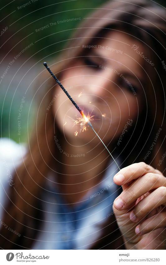 WUNDERkerze Hand Jugendkultur Veranstaltung Kitsch Krimskrams Wunderkerze Funken Feuerwerk leuchten glühen Farbfoto Außenaufnahme Nahaufnahme Detailaufnahme Tag