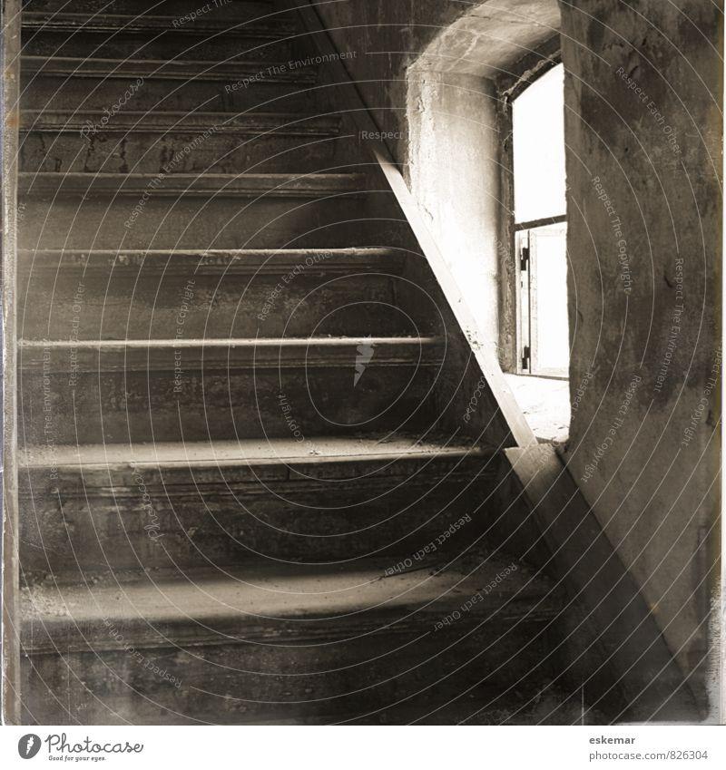 treppauf treppab Häusliches Leben Wohnung Haus Innenarchitektur Dachboden Menschenleer Gebäude Architektur Mauer Wand Treppe Fenster alt ästhetisch authentisch