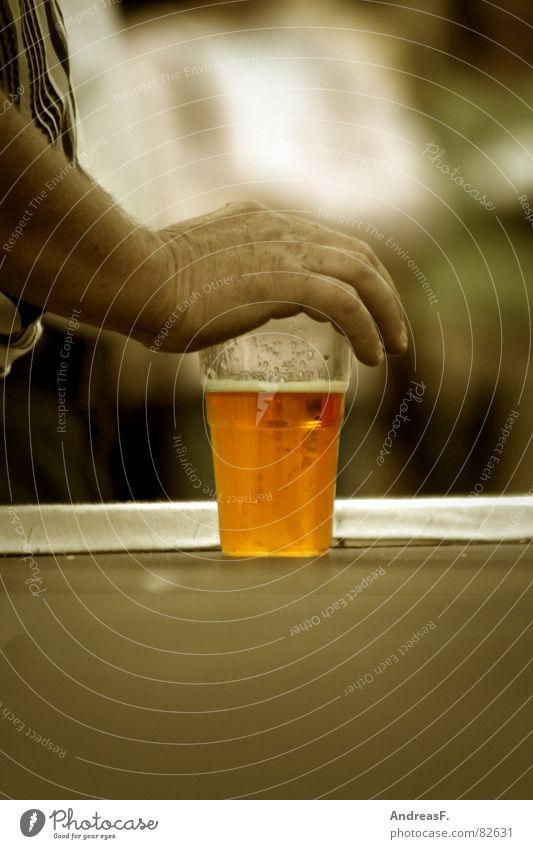 ...meins! Mann Hand Sommer kalt Glas maskulin Getränk trinken festhalten Schutz Bier Gastronomie Jahrmarkt Alkohol Kontrolle Erfrischung